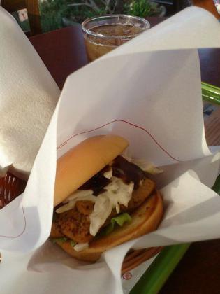 モスバーガー、期間限定マスタードチキンバーガー根菜サラダ&黒酢ソース仕立て3