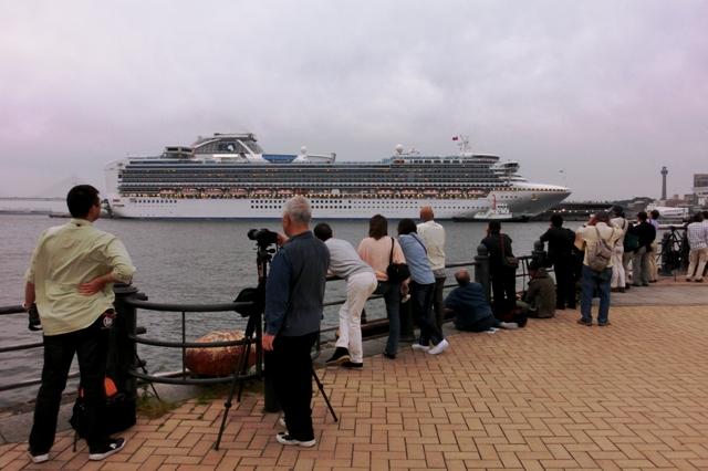 横浜港大さん橋国際客船ターミナルCDバースに接岸中のダイヤモンド・プリンセス号を見送りに来た人たち