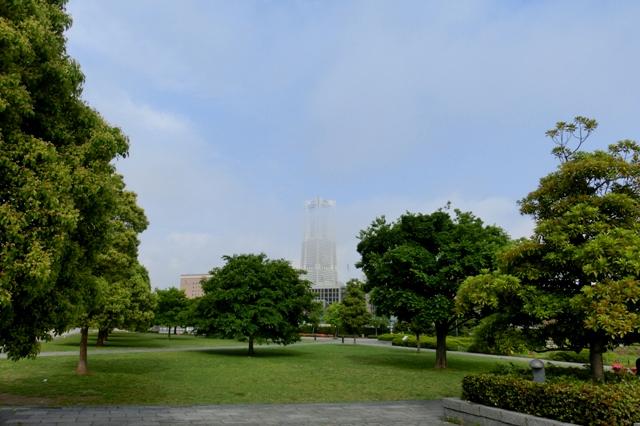 靄のかかった横浜ランドマークタワー