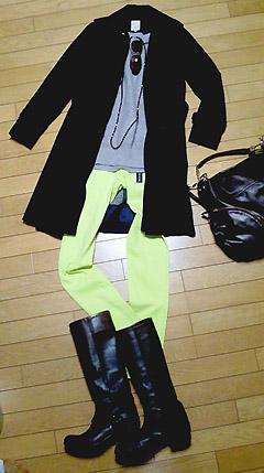 ユニクロのウルトラストレッチパンツのライトグリーン(黄緑)です