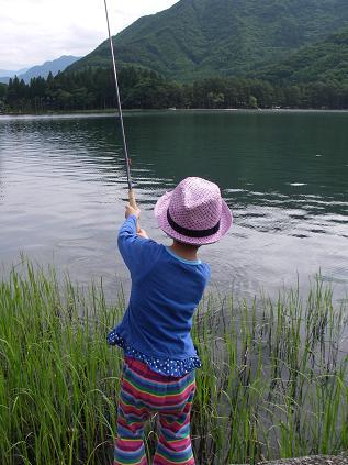 近所の湖で釣り^^