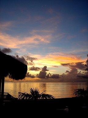 日没の浜辺テラスでディナーを待つdownsize