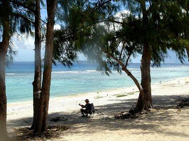 木陰でのんびり漁の支度をする漁師downsize