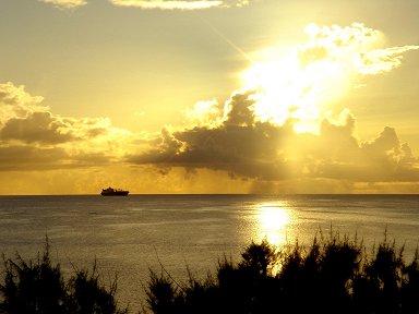 夕焼けの海を船が行くdownsize