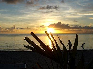浜辺を金色に染めて静かに陽が落ちるdownsize