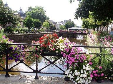 カンペールを流れるオデ川にかかる花の橋downsize