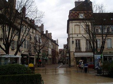 小雨にぬれたボーヌの広場downsize