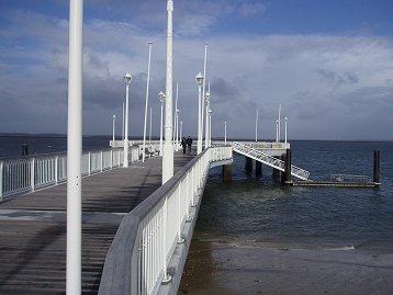 荒海に揺れるアルカションの桟橋downsize