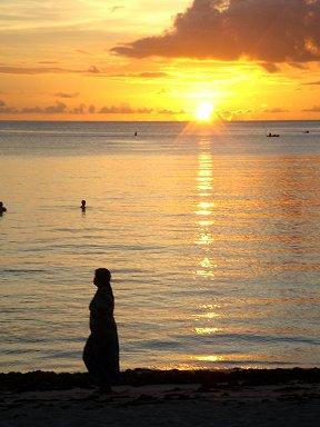 落日の浜辺を歩く人downsize