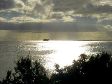 スコールが上がった夜明けの海downsize