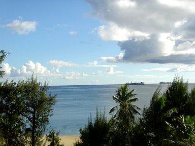 雲が沸く午後の海をタンカーが行くdownsize