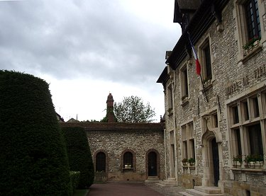 Moret sur Loingの小さなHotel de Villeは路の奥に静かにありますREVdownsize