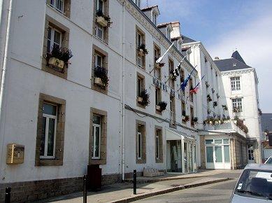 白壁が陽にまぶしいQuiberonのHtel de Ville REVdownsize