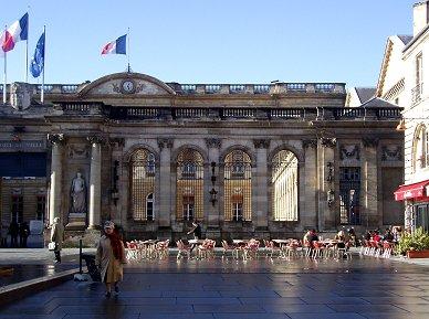 三色旗が似合うボルドー(Bordeaux)のHotel de Ville REVdownsize