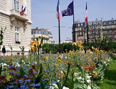 花に囲まれた春のルヴァロワHotel de Ville REVdownsize