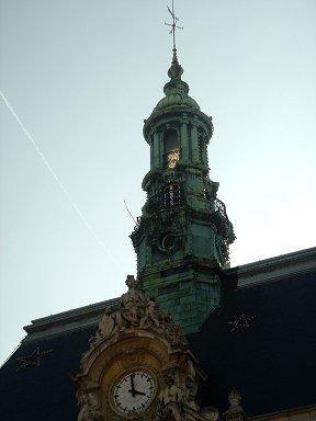 夕暮れの逆光が透けるルヴァロワHotel de Ville downsize