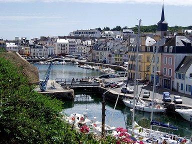 港に続く深い入り江に寄り添うような街並みdownsize