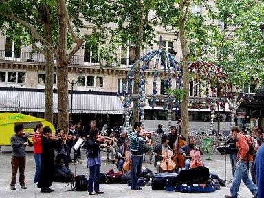 ルーブル界隈Andre Malraux(アンドレマルロー)広場の路上演奏downsize