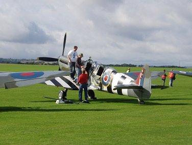 ボランティアが飛行準備するSpitMk9複座トレーナーREVdownsize