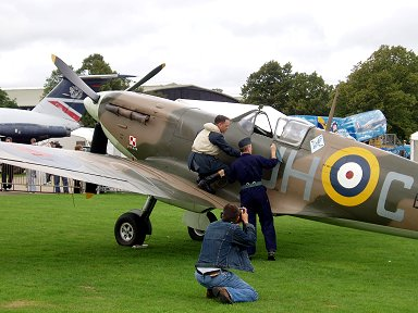 デモ飛行前にSpitfire5bを点検するパイロットと整備員は当時のコスプレですdownsize