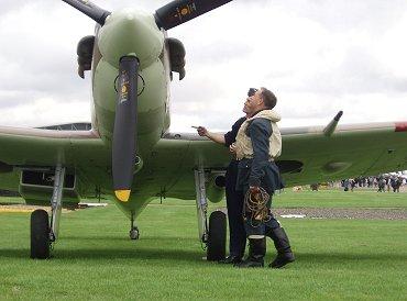 機体の様子を整備員から真剣に聞くSpitfire5bのパイロットREVdownsize