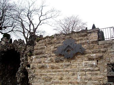 旧市街への入口にあったオオカミ?の紋章downsize