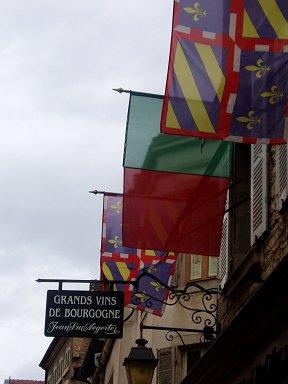 旗が並ぶブルゴーニュワインの取引所downsize