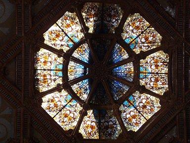見上げた天井の少しブルー挿したステンドグラスが美しいdownsize