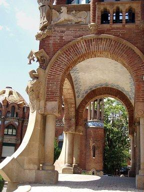 建物入口も曲面と装飾で個性的REVdownsize