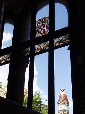 窓から塔を望むさりげないステンドグラスがアクセントREVdownsize