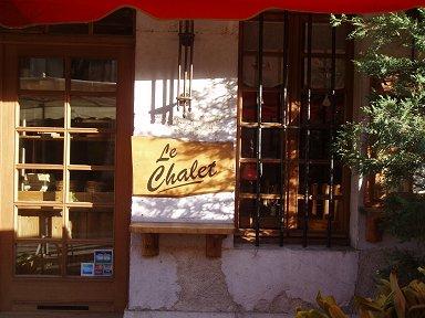 運河べりの洒落たレストランはまだ準備中downsize