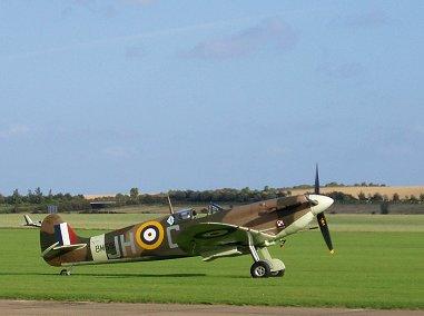 滑走路で待機中ポーランド303飛行隊Spitfire Vb BM597 REVdownsize