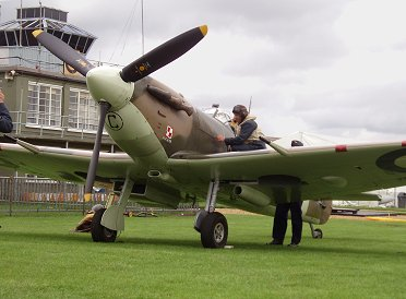 飛行前点検中ポーランド303飛行隊Spitfire Vb BM597 REVdownsize