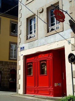 何の店だろう赤が印象的な旧市街の建物downsize