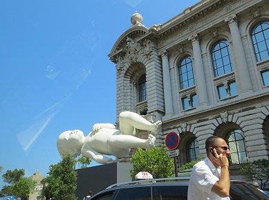 モンテカルロの博物館前のフシギな赤ん坊REVdownsize
