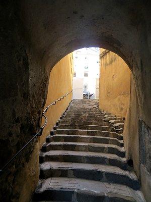 狭い石段のトンネルを抜けまた迷路が続くdownsize
