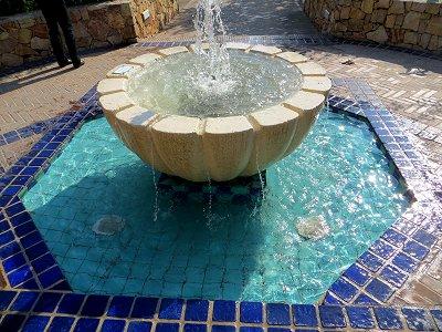 爽やかなブルーの幾何学模様も涼しい小さな噴水downsize