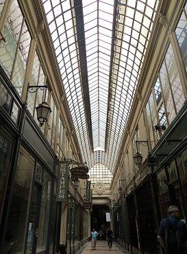 ガラス天井の光が柔らかく優しいPassage Verdeau REVdownsize