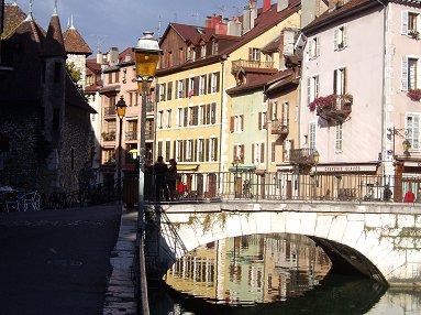 アヌシー(Annecy)の朝、ティウー運河(Canal du Thiou)はまだ影が深いREVdownsize P1010533