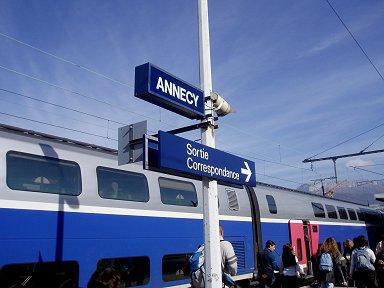 青地に白字が風景に合うTGVアヌシー(Annecy)駅downsize P1010352
