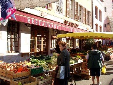 朝市はレストランの入口にまで広げていますREVdownsize P1010508