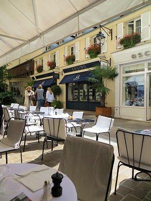 Le Village Royal午後のカフェのテラス席downsize
