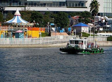 まだ眠っている遊園地と朝から働く曳き船REVdownsize