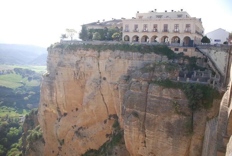 崖の上に建つパラドール