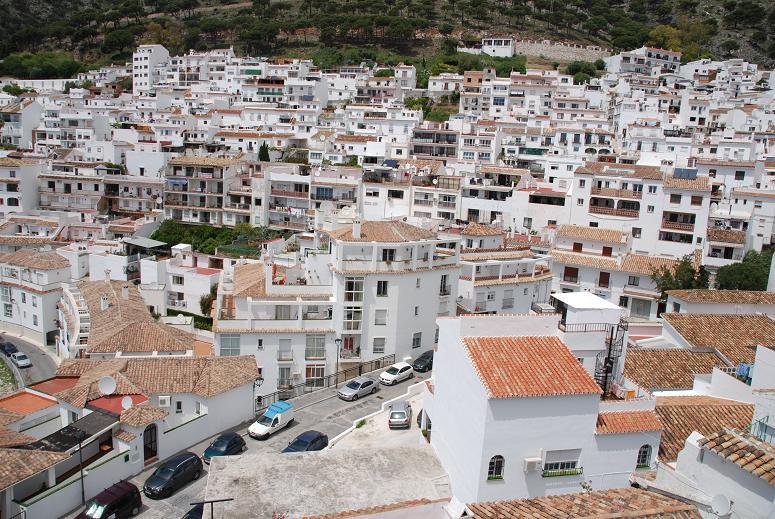 斜面の白い家