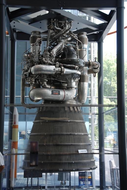 玄関に展示したH2のエンジン
