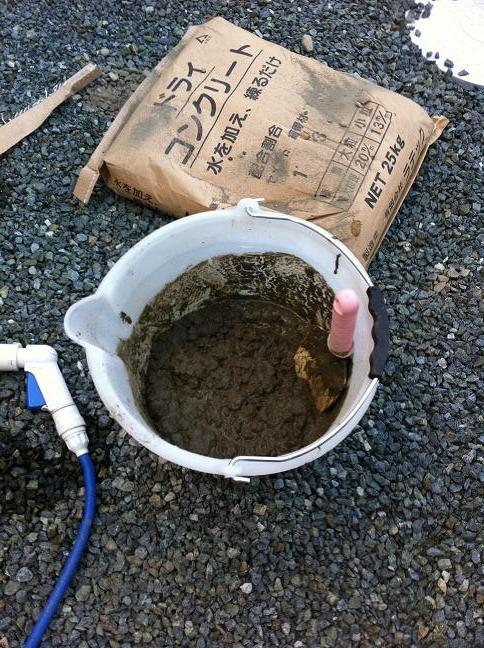ドライコンクリートと水を混ぜる