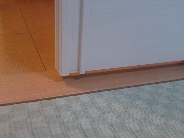 スライディングウォールの床の隙間