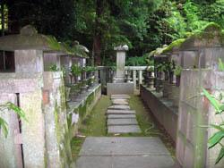 高桐院 細川家歴代之墓。中央正面は初代細川幽斎の墓