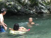 川遊びに笑顔
